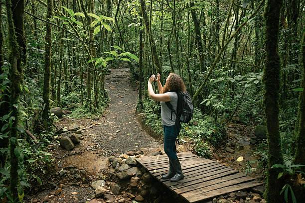 アメリカ人の女性は写真でコスタリカで熱帯雨林のハイキング - 自然旅行 ストックフォトと画像