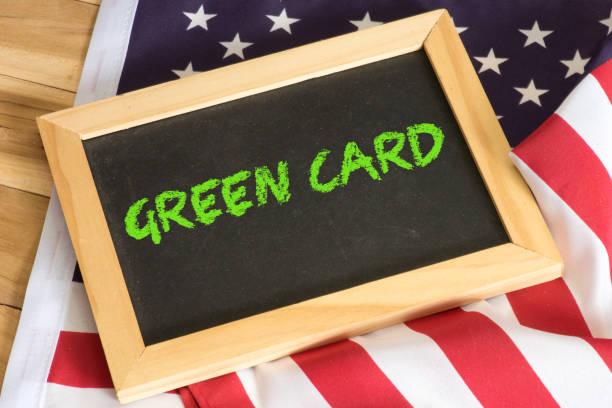 Amerikanische Flagge und Green Card Amerikanische Flagge und Green Card green card stock pictures, royalty-free photos & images