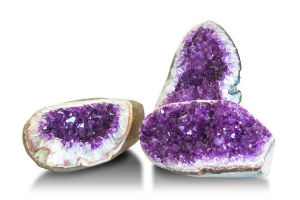 Amethyst Kristall, Halbedelstein isoliert auf weißem Hintergrund. – Foto