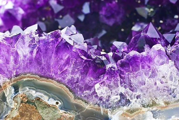 amethyst druse over agate rock - kristall bildbanksfoton och bilder