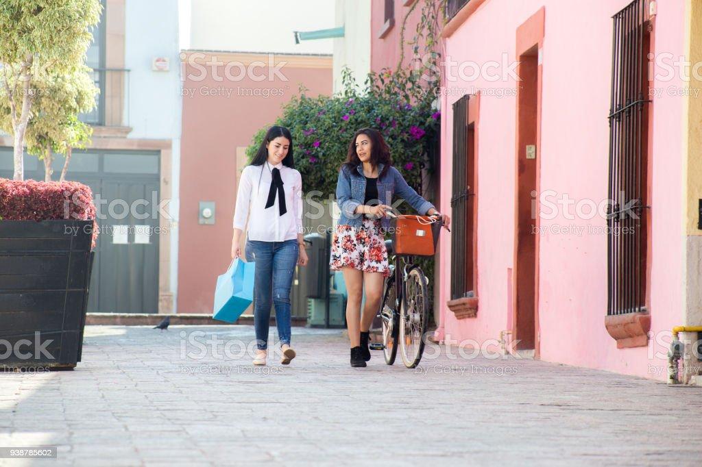 Amigas paseando en bicicleta stock photo