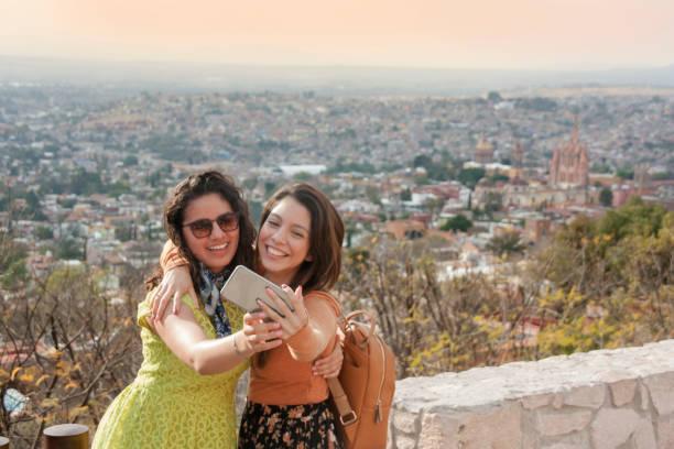 Amigas viajando por México stock photo