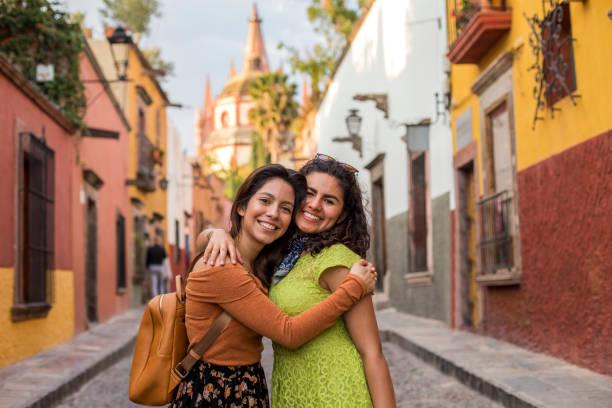 Amigas viajando por México Amigas tomandose una selfie en un mirador en san miguel de allende, México mexican culture stock pictures, royalty-free photos & images