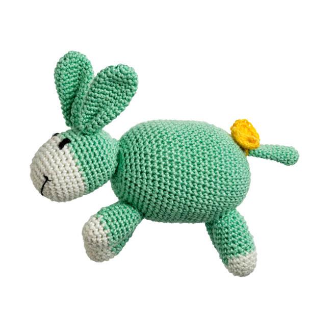 amigurumi gehäkelt grün kaninchen spielzeug isoliert auf weißem hintergrund - nähpuppen stock-fotos und bilder
