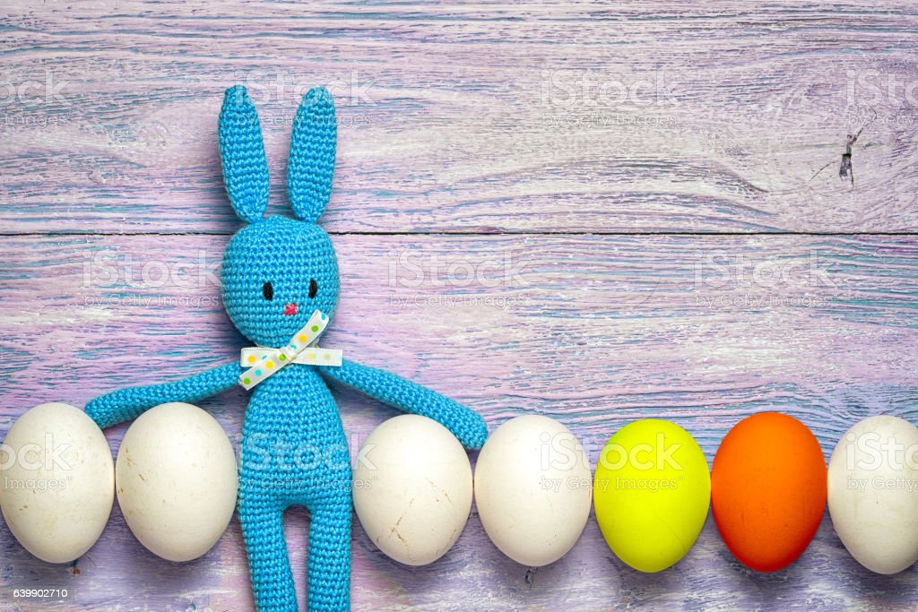 Amigurumi toy easter bunny with white and colorful eggs - foto de stock