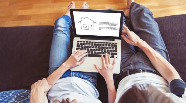 家庭夫婦選擇新的家庭線上, 搜索房地產 - 金融與經濟 個照片及圖片檔