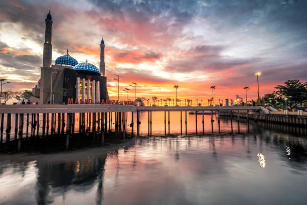 Amirul Mukminin Mosque, Makassar, South Sulawesi Sunset Moment at Amirul Mukminin Mosque, Makassar, South Sulawesi manado stock pictures, royalty-free photos & images