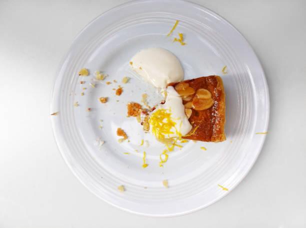 amlond tårta wit en saknad bit - tallrik uppätet bildbanksfoton och bilder