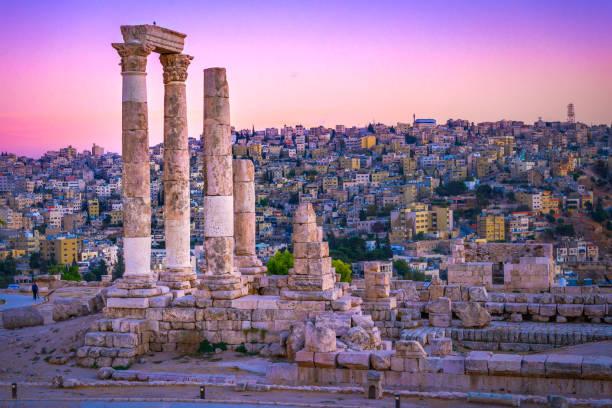 coucher du soleil de jordanie amman plus de ruines romaines - jordan photos et images de collection