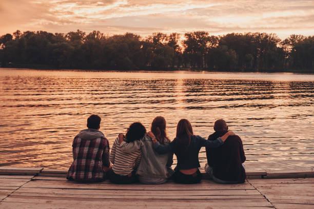 bland bästa vänner. - flod vatten brygga bildbanksfoton och bilder