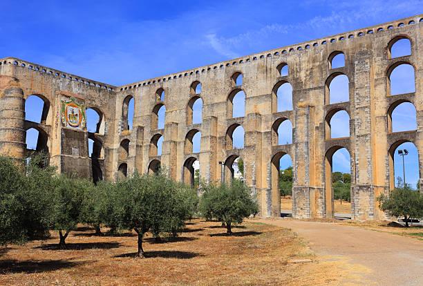 amoreira aqueduct in elvas, alentejo region, portugal. - portalegre imagens e fotografias de stock