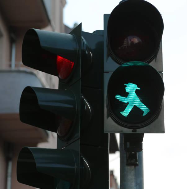 ampelmann het symbool weergegeven op - oost duitsland stockfoto's en -beelden
