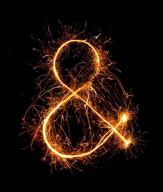 Und-Zeichen symbol aus Wunderkerzen-Feuerwerk bei Nacht – Foto