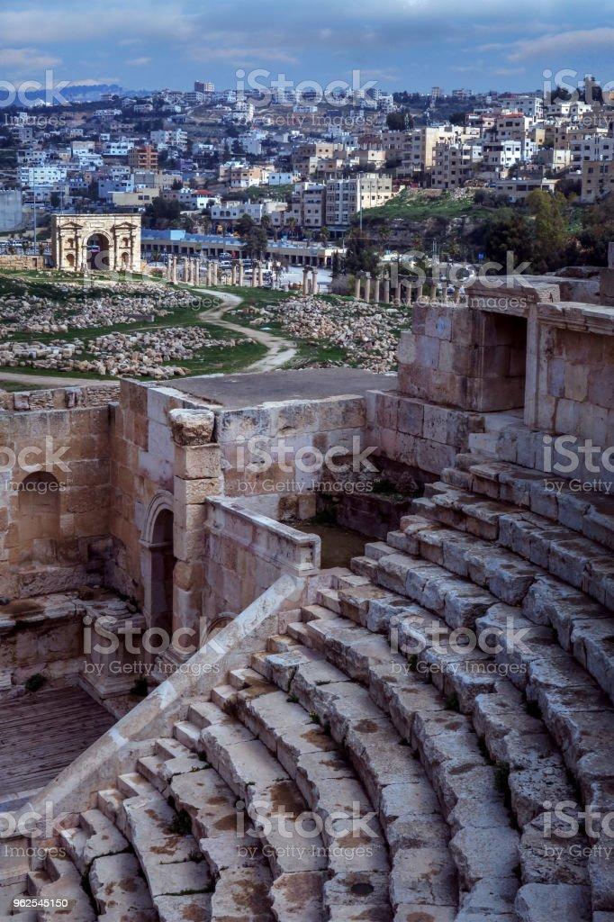 anfiteatro e ruínas romanas de Jerash, em Amã, na Jordânia, com edifícios modernos na encosta - Foto de stock de Amman royalty-free