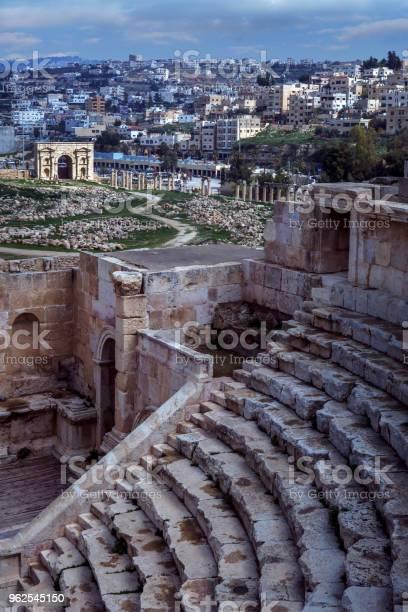Foto de Anfiteatro E Ruínas Romanas De Jerash Em Amã Na Jordânia Com Edifícios Modernos Na Encosta e mais fotos de stock de Amman