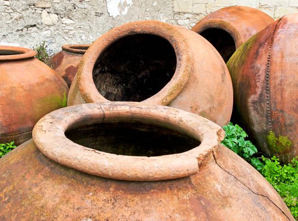 amphora eröffnungen in omodos, zypern - weinflecken entfernen stock-fotos und bilder