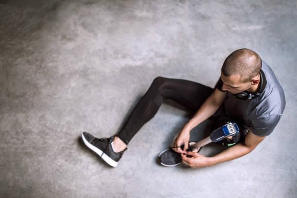 amputerade idrottsman knyta hans sko skosnören innan sport utbildning - protesutrustning bildbanksfoton och bilder