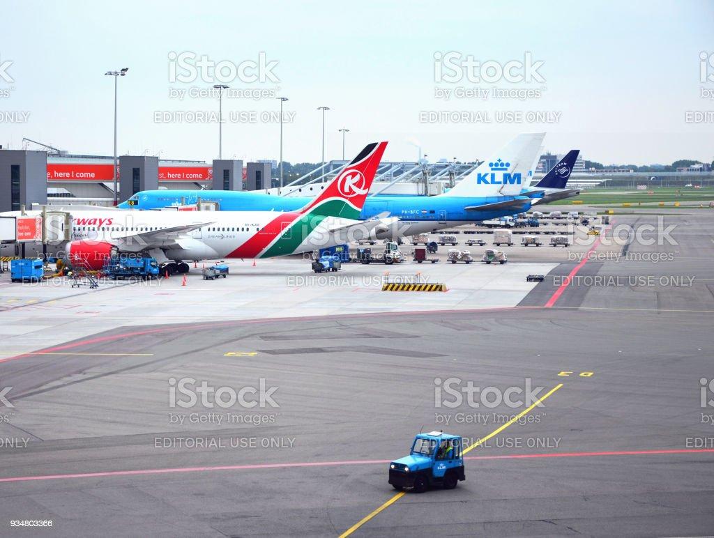 암스테르담 공항, 네덜란드-9 월 4 일 2017: 암스테르담 공항의 보기와 케냐 항공과 KLM 대기의 여객기 - 로열티 프리 Kenya Airways 스톡 사진