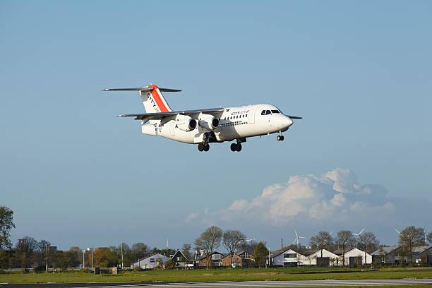 amsterdam airport schiphol-avro rj85 von cityjet lands - wie lange leben fliegen stock-fotos und bilder