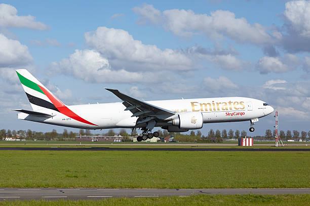 Amsterdam Airport Schiphol-Boeing 777 der Emirates SkyCargo lands – Foto