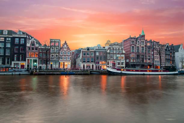 Amsterdam en el río Amstel en el ocaso en los países bajos - foto de stock