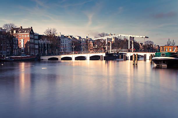Amsterdam bridge monument in the Netherlands foto