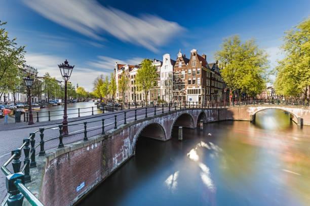 amsterdam - brug over de keizersgracht en leidsegracht - keizersgracht stockfoto's en -beelden