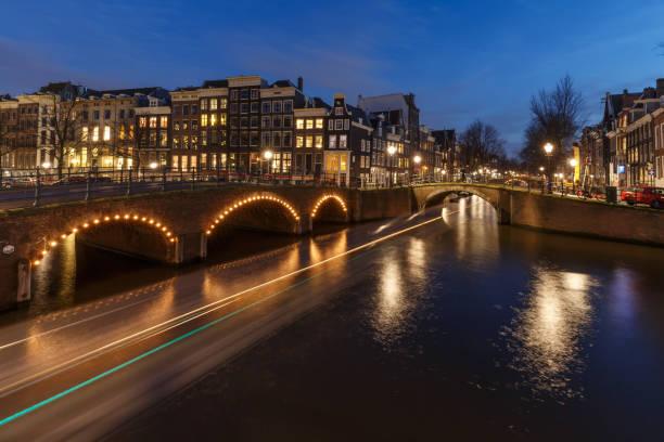amsterdam bij nacht - keizersgracht stockfoto's en -beelden