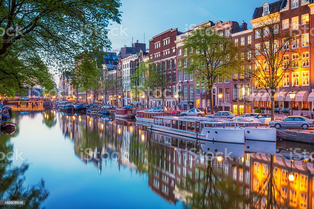 Amsterdam canal at dusk foto