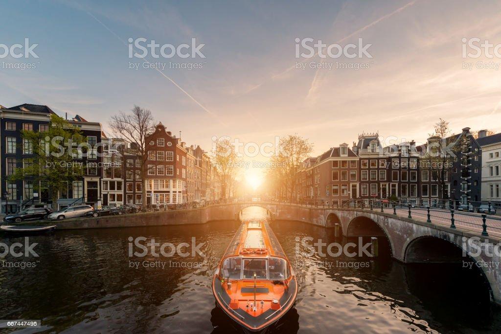 Amsterdam canal cruise schip met Nederland traditioneel huis in Amsterdam, Nederland. foto