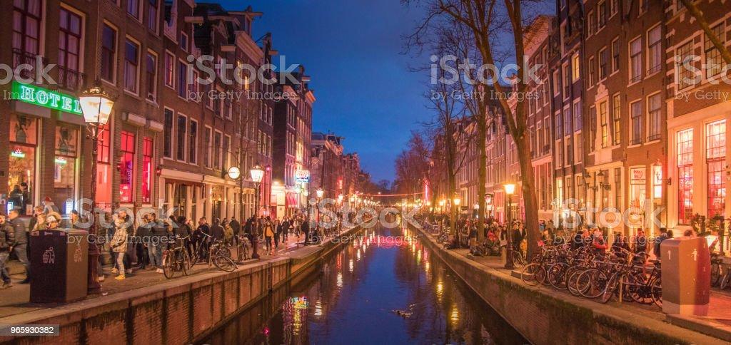 Amsterdam canal, Noord-Holland, Koninkrijk der Nederlanden. State Museum toren uitzicht. Straat en Amsterdam canal, fietsen en fietsers, woonboten, boten wonen. - Royalty-free Amsterdam Stockfoto
