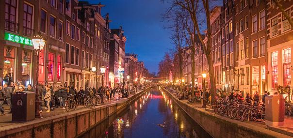 Amsterdam Canal Noordholland Koninkrijk Der Nederlanden State Museum Toren Uitzicht Straat En Amsterdam Canal Fietsen En Fietsers Woonboten Boten Wonen Stockfoto en meer beelden van Amsterdam