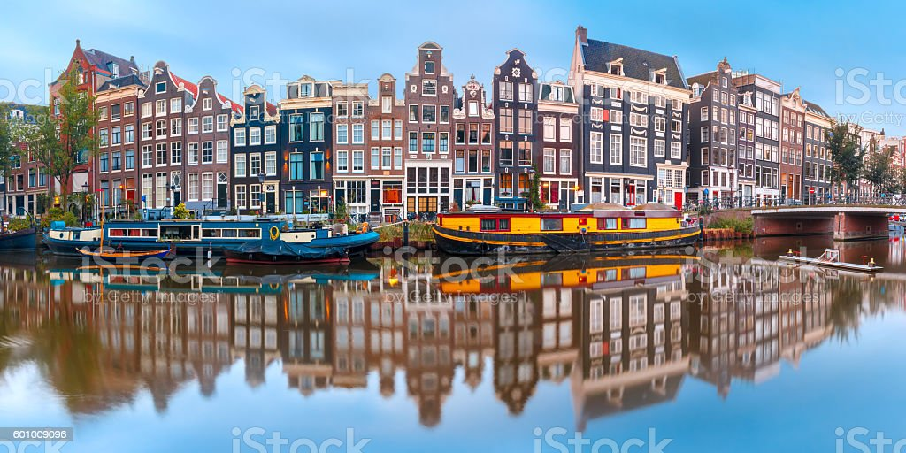 Amsterdam canal Singel with dutch houses - foto de stock