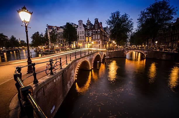 amsterdam canals at sunset - keizersgracht stockfoto's en -beelden