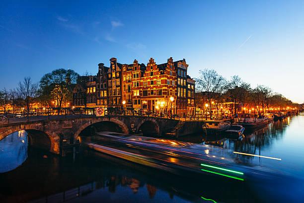 amsterdam canals by night - keizersgracht stockfoto's en -beelden
