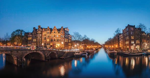 Canales de Amsterdam de noche - foto de stock