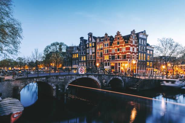 amsterdamse grachten bij nacht - keizersgracht stockfoto's en -beelden
