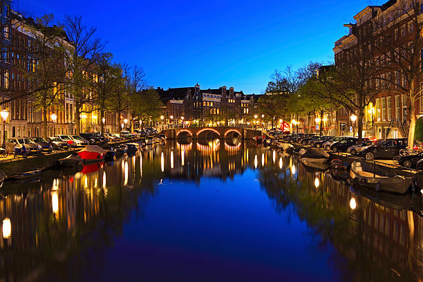 amsterdam, cityscape at dusk - keizersgracht stockfoto's en -beelden