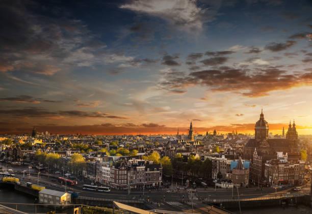 Paisaje urbano de Amsterdam - vistas de la Catedral y casco antiguo - foto de stock