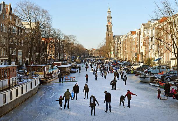amsterdam ice skaters - westerkerk stockfoto's en -beelden