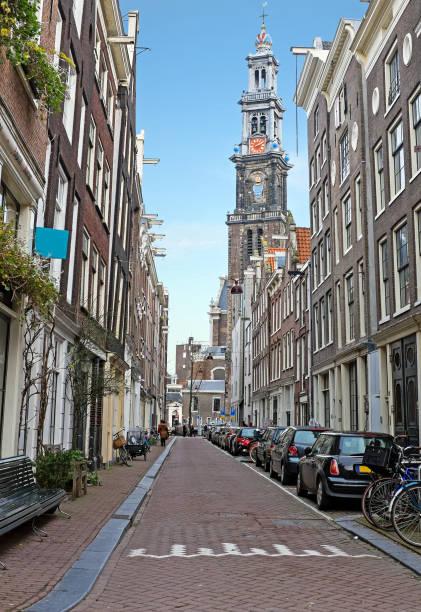 amsterdam in de jordaan met de westerkerk in nederland - westerkerk stockfoto's en -beelden