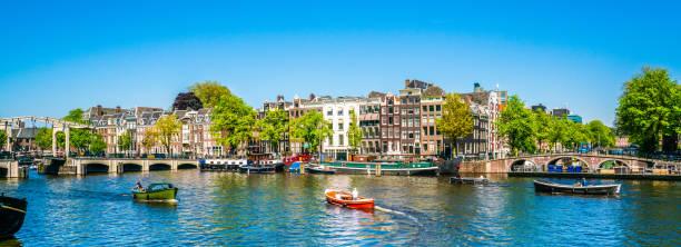 암스텔 가득한 작은 보트와 배경에서 magere 좌측의 (마른 다리) 여름 날에 강에 암스테르담, 5 월 7 일 2018-볼 - 암스테르담 뉴스 사진 이미지