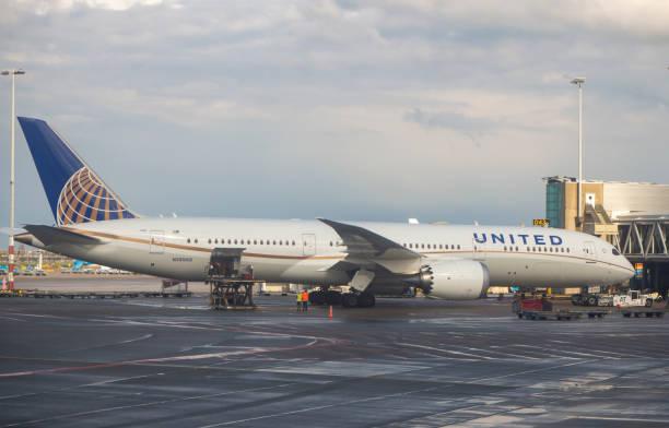 amsterdam, schiphol airport, niederlande. united airlines boeing 787 dreamliner - rudermaschine stock-fotos und bilder