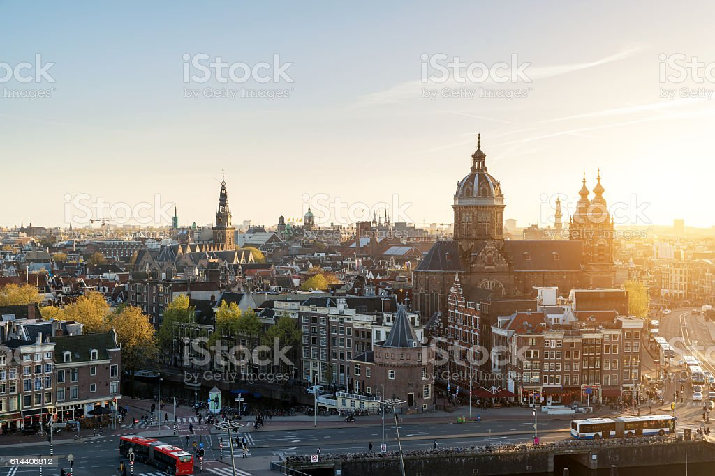 Amsterdam skyline in historical area at night, Netherlands. – Foto