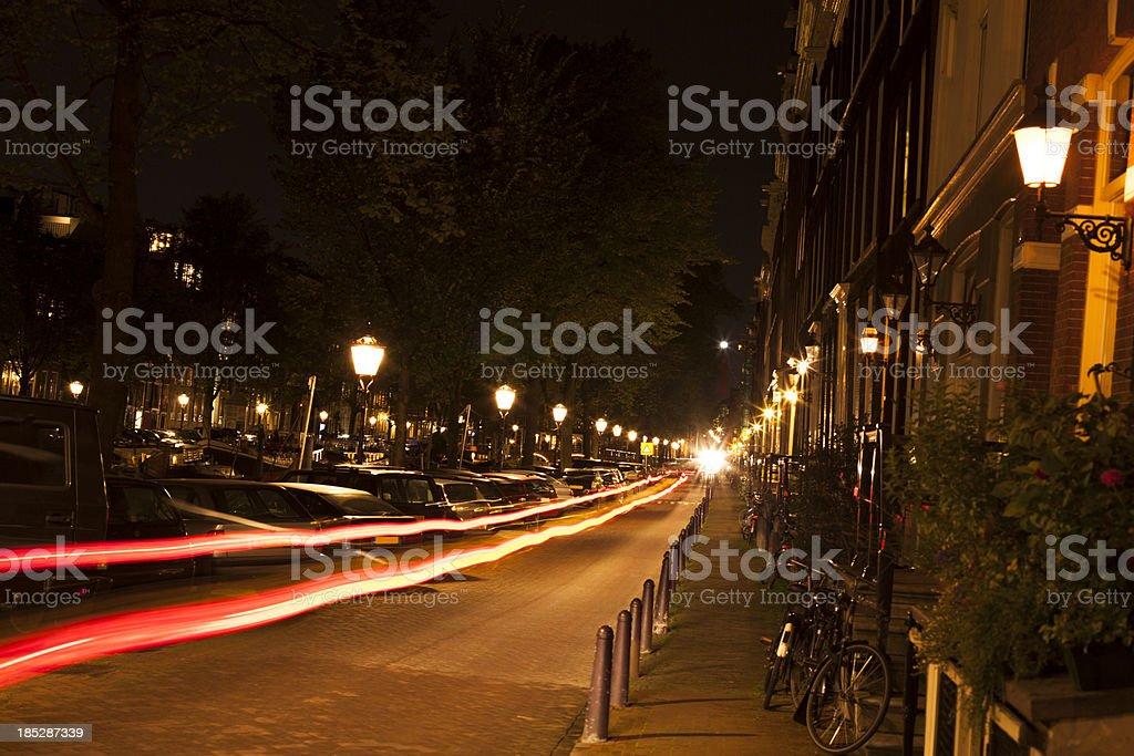 Licht Tour Amsterdam : Amsterdam bei nacht straße mit auto licht wege stock fotografie