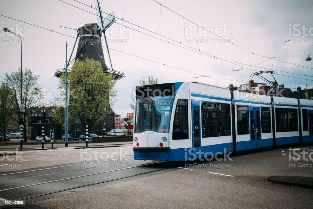 Amsterdam tram tramway ville transports moulin Pays-Bas - Photo de Amsterdam libre de droits