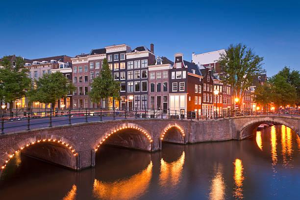 amsterdam tranquil canal scene, holland - keizersgracht stockfoto's en -beelden