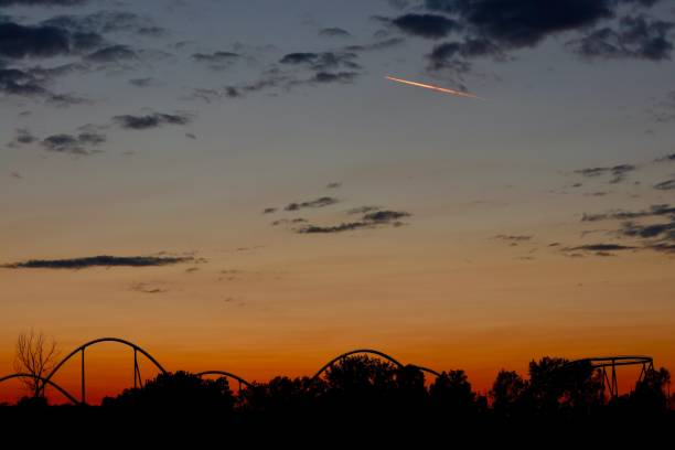 parc d'attractions dans la nuit - josianne toubeix photos et images de collection