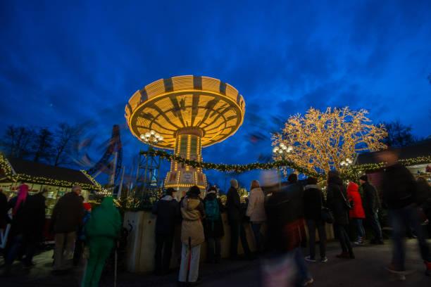 nöjes parken liseberg på vintern. slänggungan samt träd och byggnader lyser upp av tusentals lampor. - liseberg bildbanksfoton och bilder