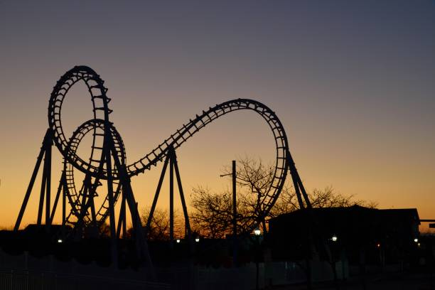 silhueta do passeio do divertimento - rollercoaster - fotografias e filmes do acervo